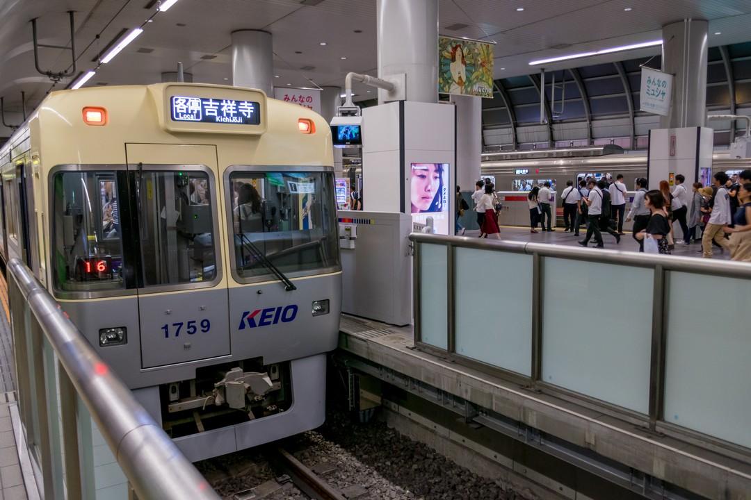 渋谷駅のホームに停車する井の頭線