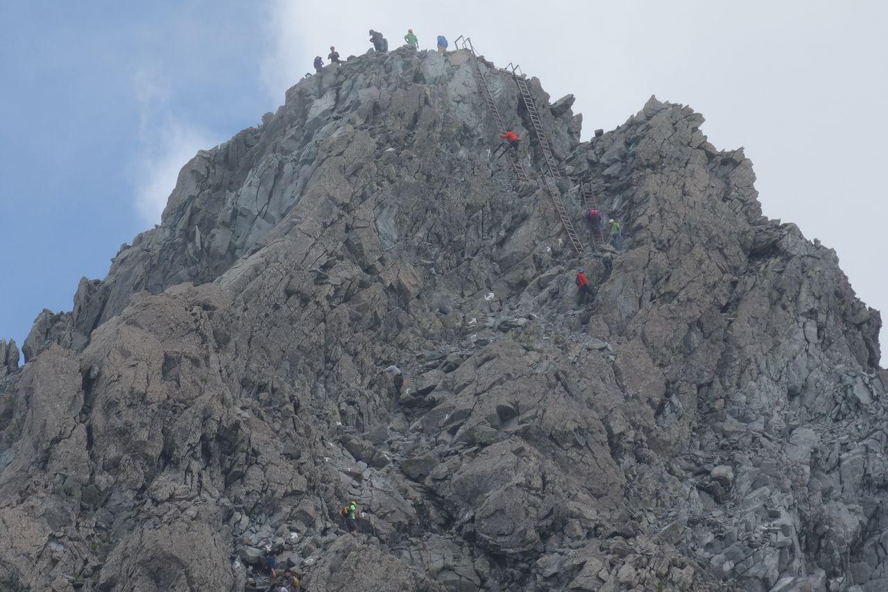 槍ヶ岳 穂先に登る登山者