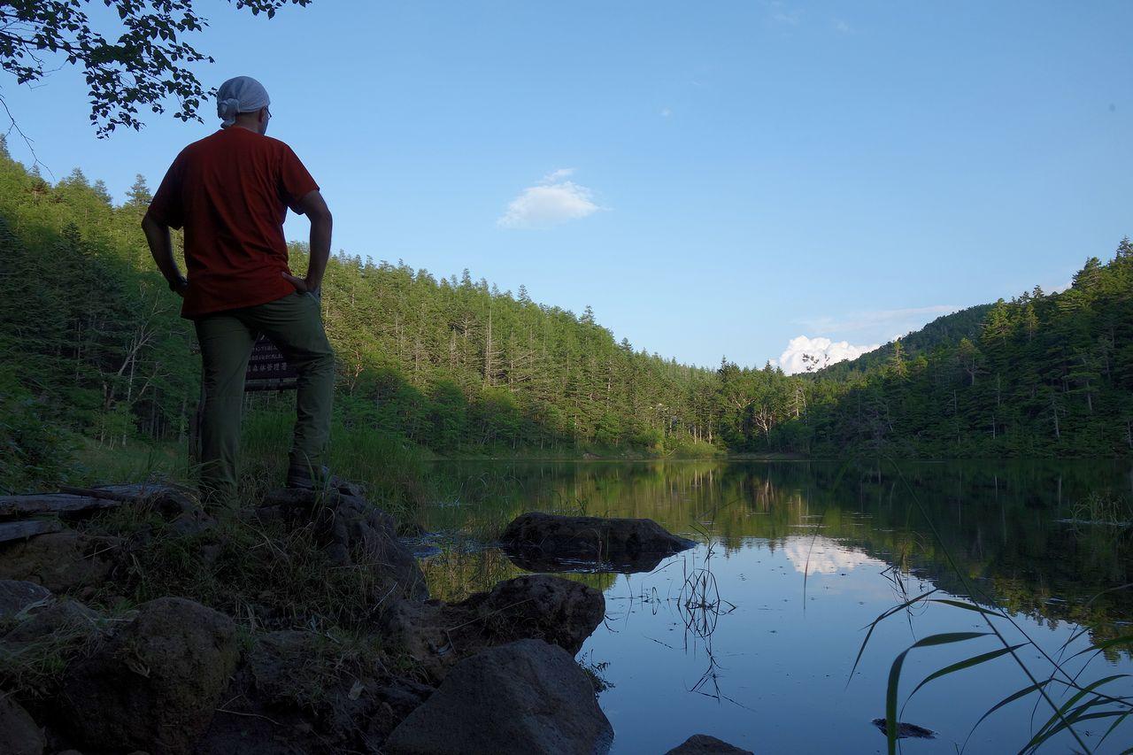 双子池を眺める登山者の後姿