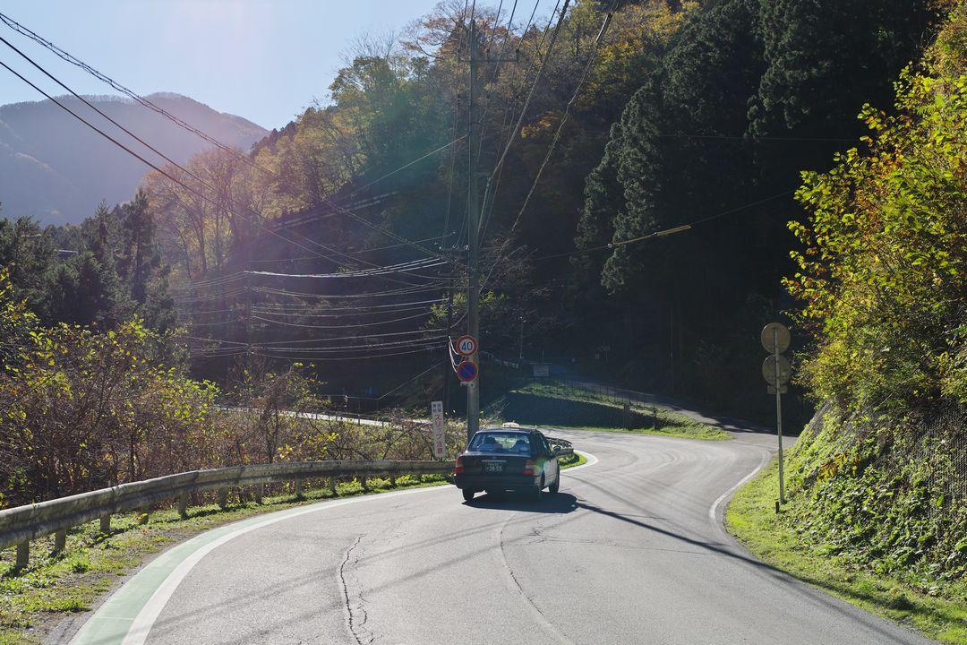 武甲山のセメント工場群を通り抜けるタクシー
